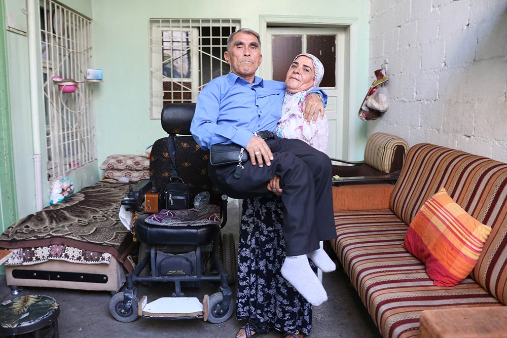 10 yıldır kocasını sırtında taşıyor