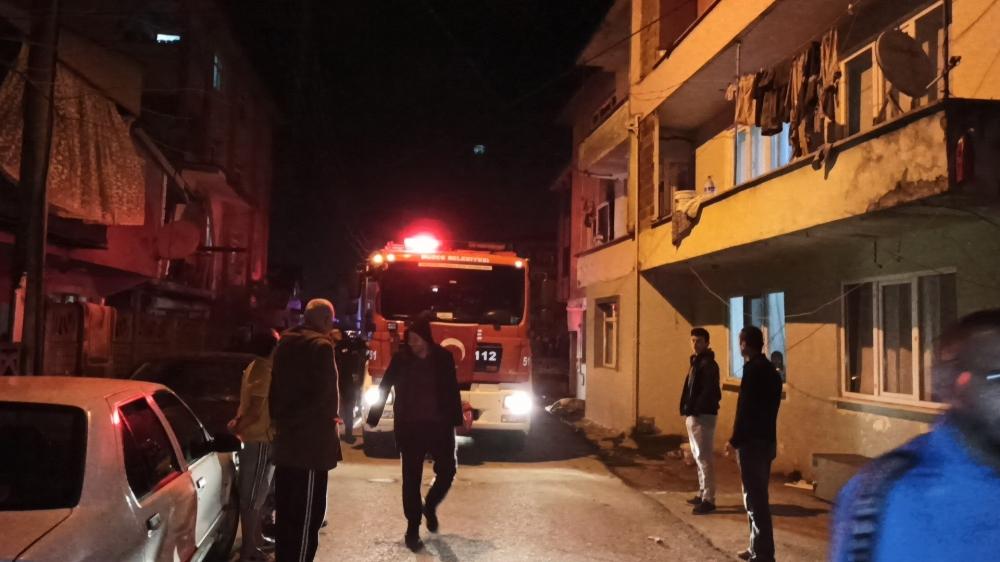 3 katlı binada çıkan yangın mahalleliyi sokağa döktü