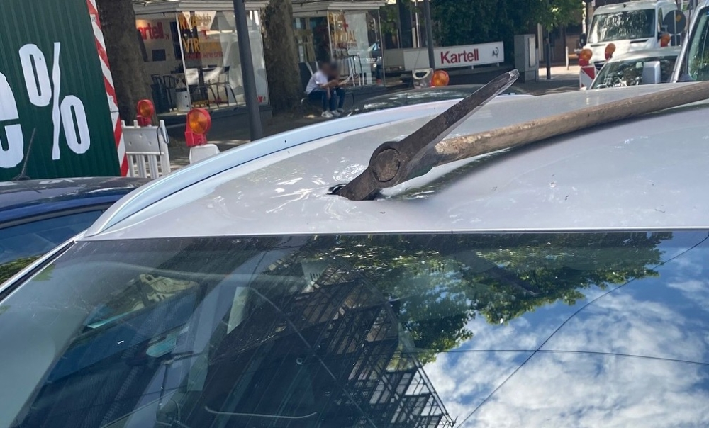 Almanya'da kırmızı ışıkta bekleyen aracın üzerine kazma düştü