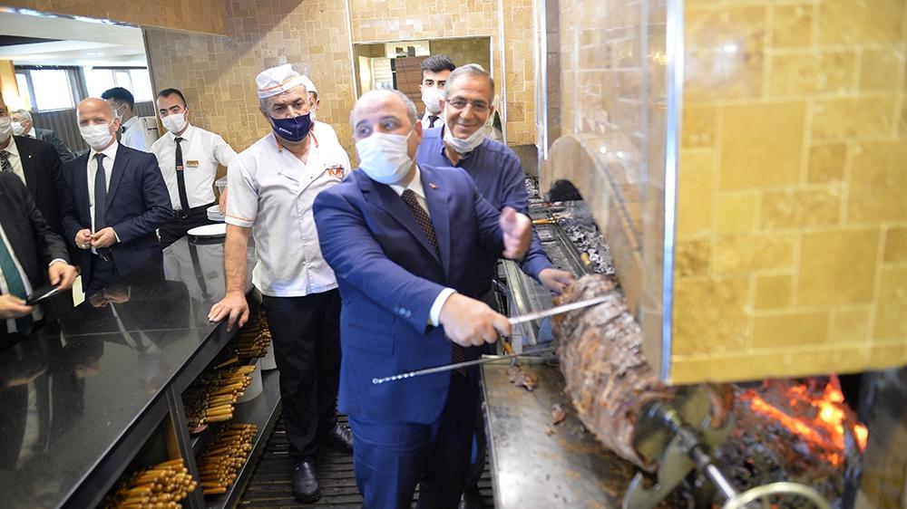 Bakan Varank cağ kebabı kesti