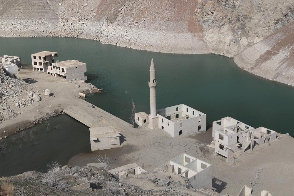 Baraj suları çekilince tarihi köy yeniden ortaya çıktı
