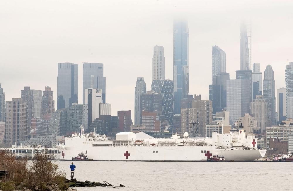 Bin yataklı hastane gemisi New York'a ulaştı