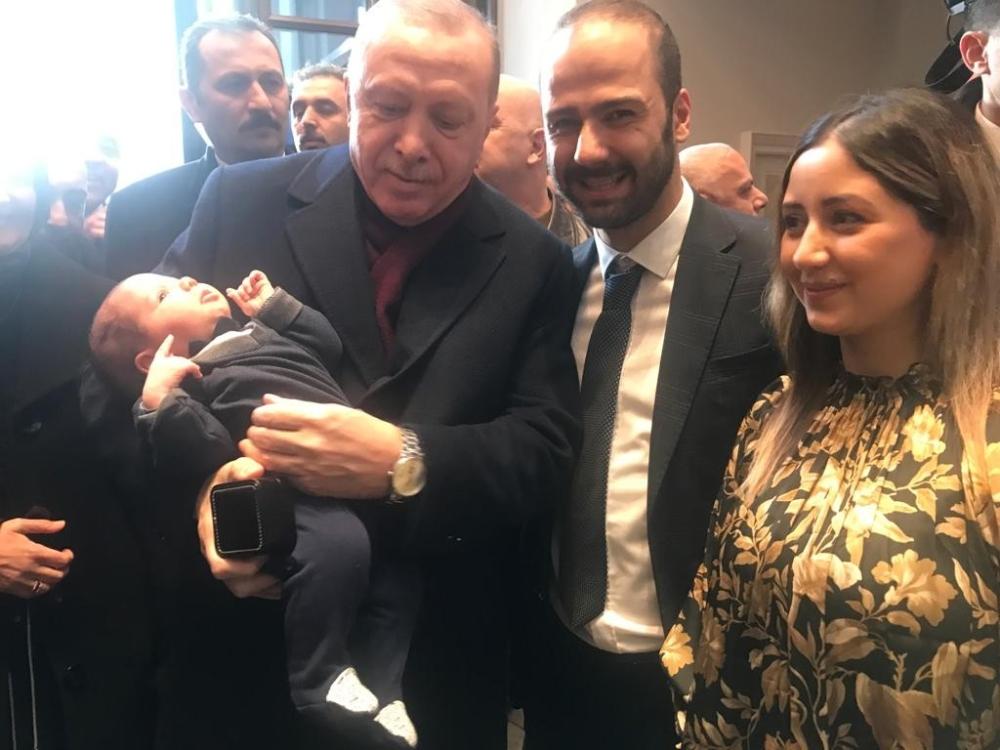 Cumhurbaşkanı Erdoğan, Mahir bebeğe altın taktı