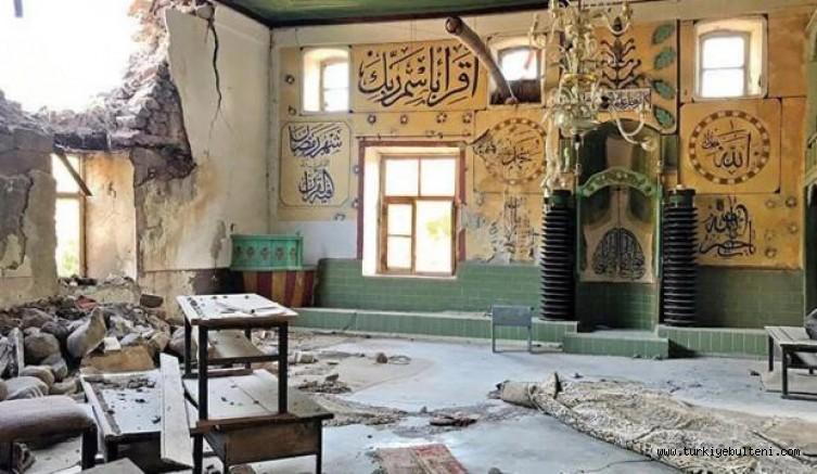 Depremde hasar gören camiye 4 yıldır çivi çakılmadı, bir bölümü depo yapıldı