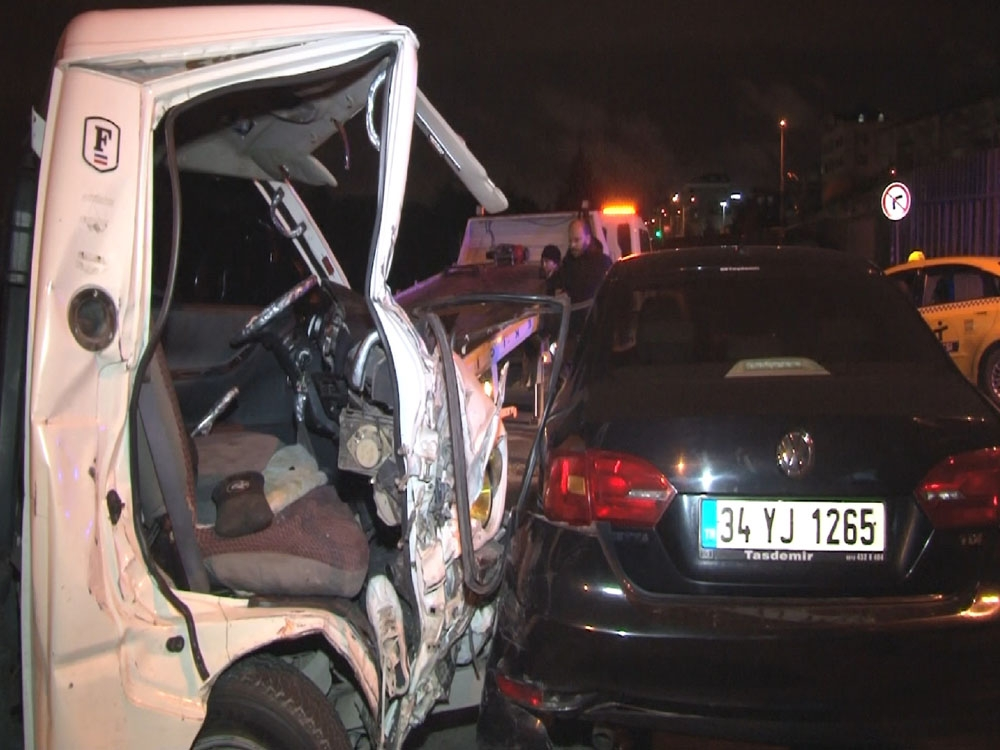 Direksiyon hakimiyetini kaybeden kamyonet sürücüsü park halindeki 7 araca çarptı
