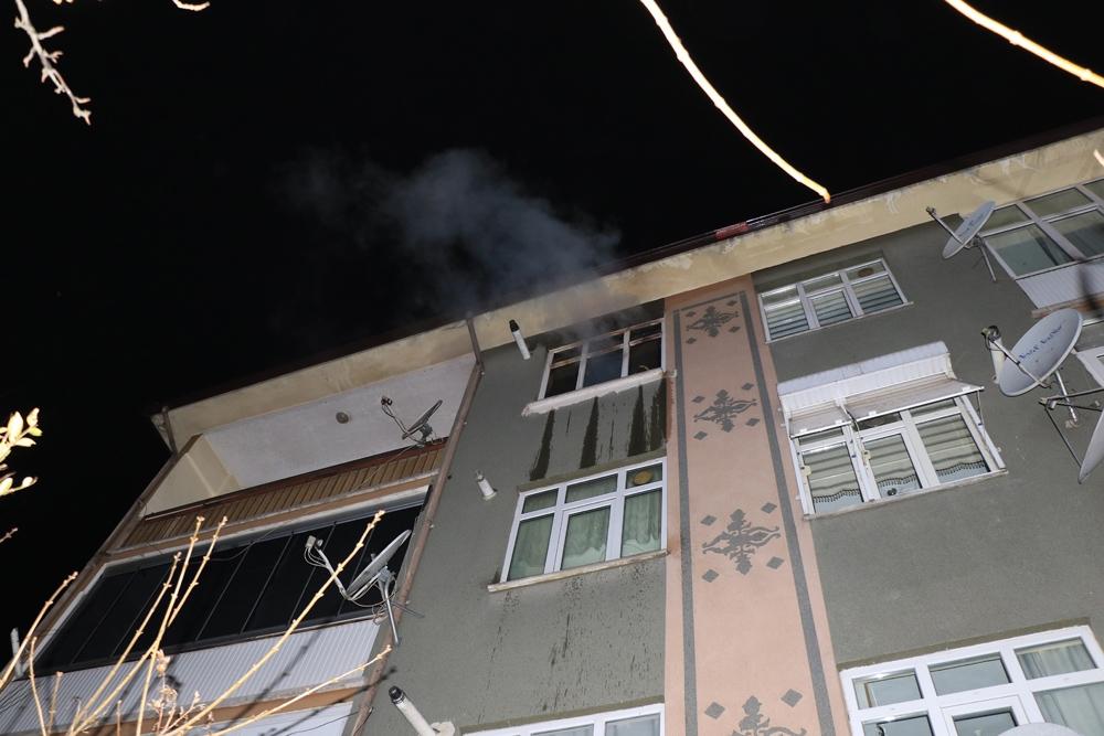 Evde çıkan yangında mahsur kalan şahsı itfaiye ekipleri kurtardı