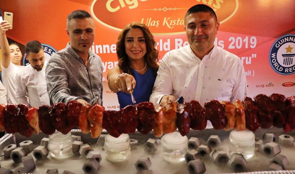 Guinnesse Giren Kebapçı Başarısını Kebap Görünümlü Pastayla Kutladı