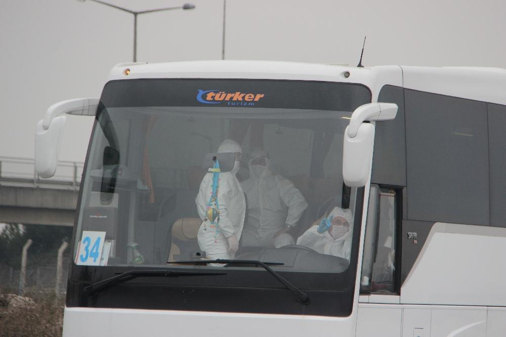 Havalimanında kalan bin 500 kişi yola çıktı