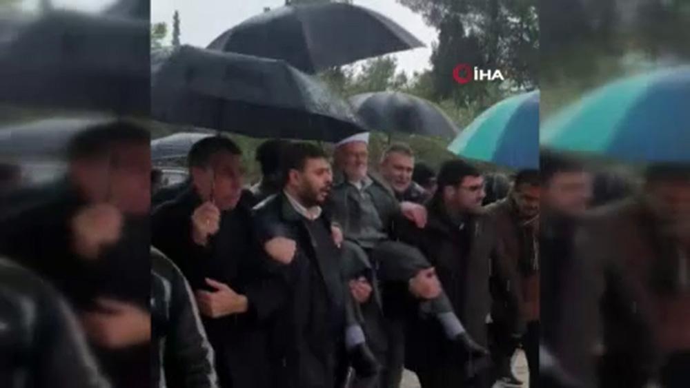 İsrail'in yasak koyduğu Şeyh İkrime Sabri, Mescid-i Aksa'ya omuzlarda girdi