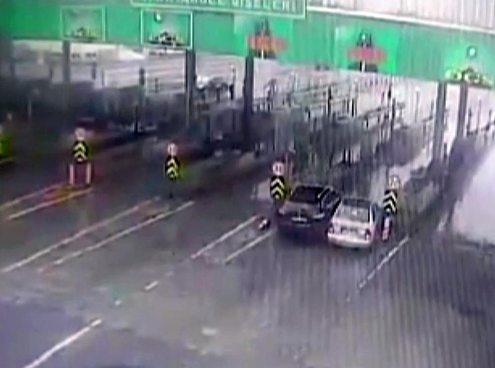 İstanbul'da inatçı sürücülerin gişede sıkıştığı kaza kamerada