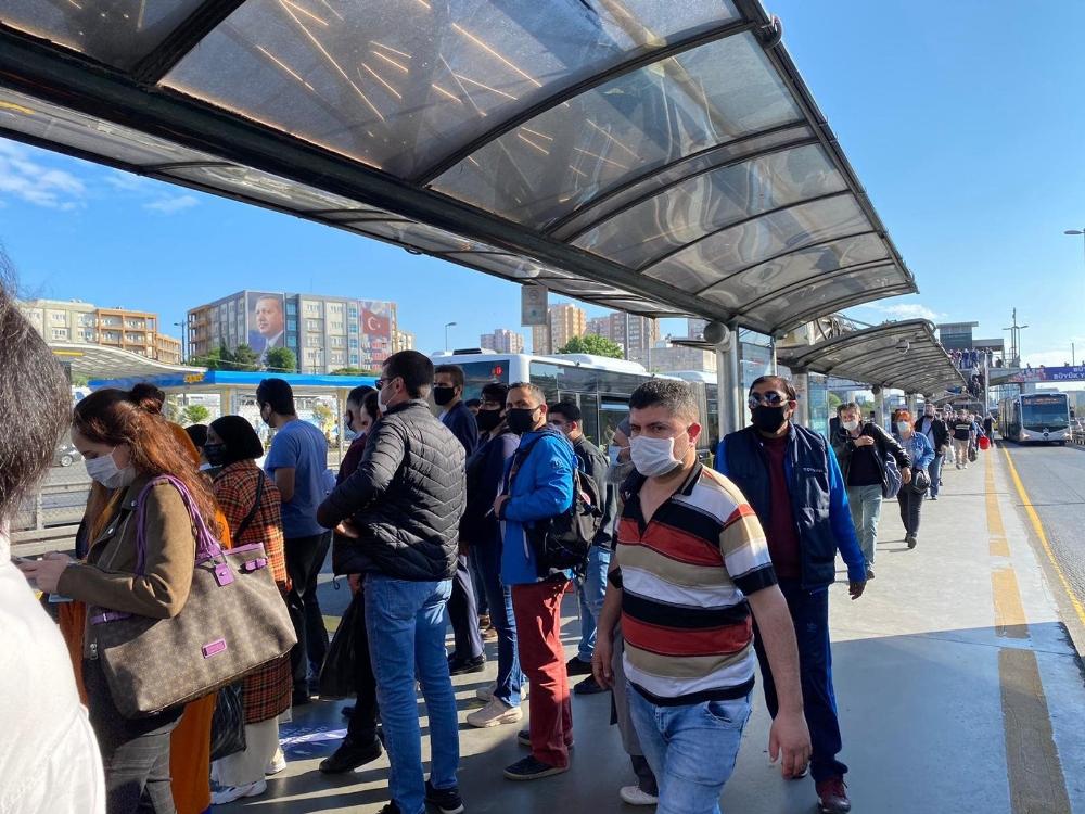 İstanbul'da toplu taşıma araçlarında ve duraklarda dikkat çeken yoğunluk