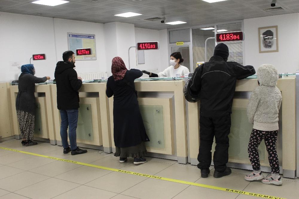 İstanbul'da vatandaşlar bin TL yardım parasını almaya başladı