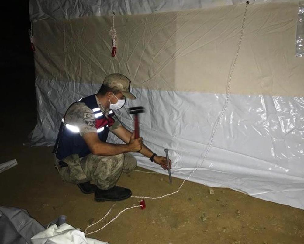 Jandarma deprem bölgesinde çadır kurdu