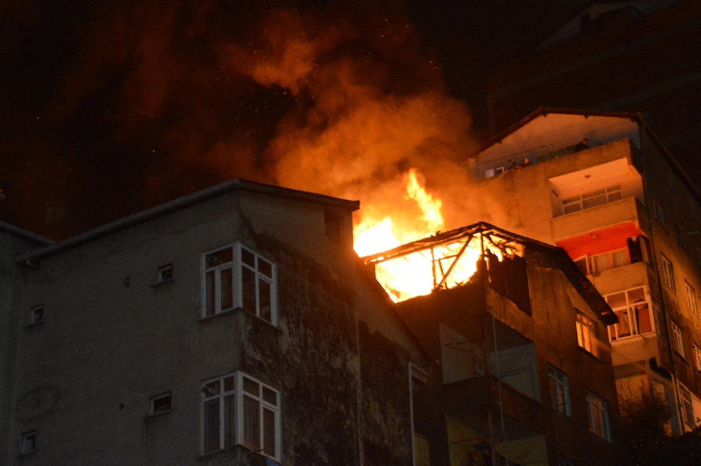 Kağıthanede 4 Katlı Binada Korkutan Yangın
