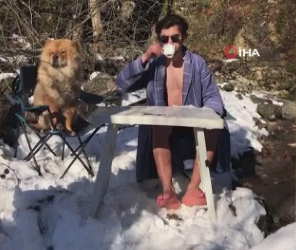 Kahvesini yudumlayıp buz gibi suya atladı