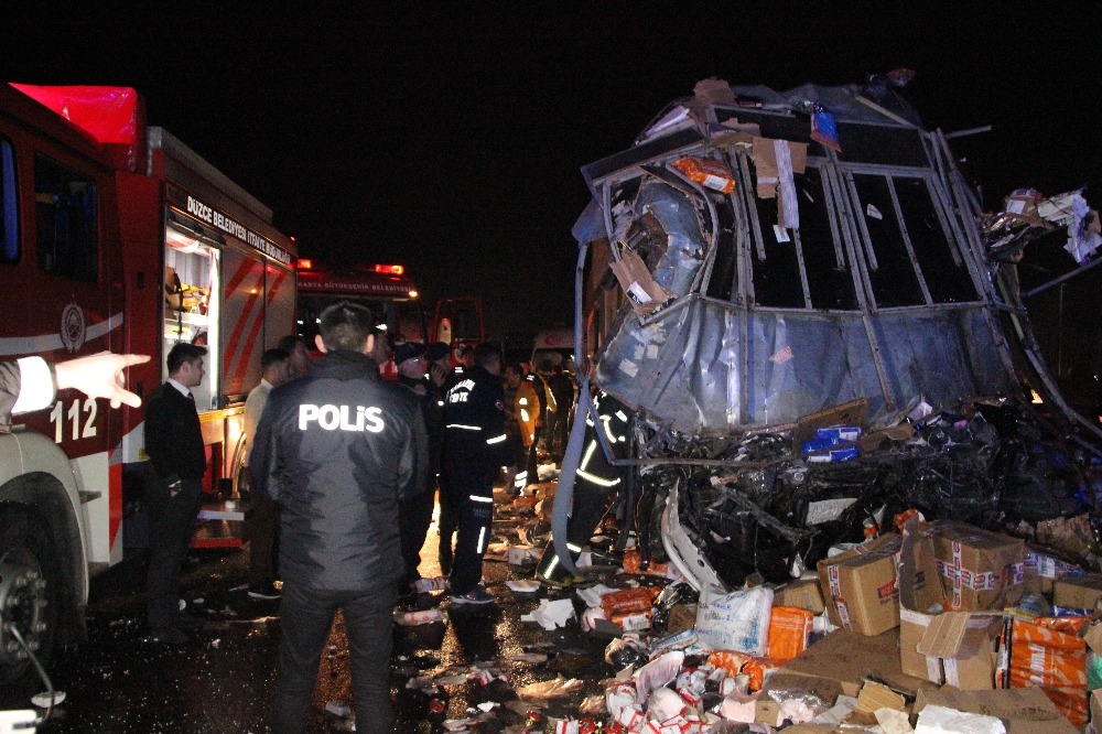 Kargo Kamyonu İle Otobüs Çarpıştı; 2 Ölü 26 Yaralı