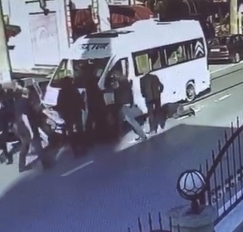 Kaza sonrası tekme tokat darp edilen sürücünün görüntüleri güvenlik kamerasına yansıdı