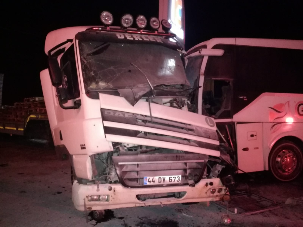 Malatyada Yolcu Otobüsü İle Kamyonet Çarpıştı: 2 Yaralı