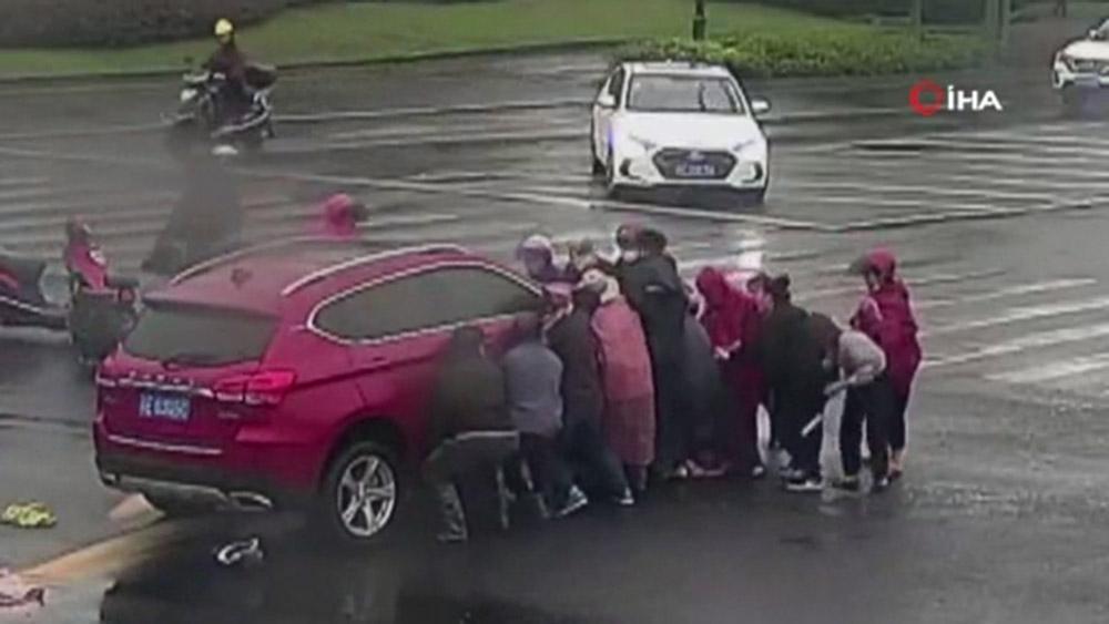 Otomobilin altında kalan adamı elbirliğiyle böyle kurtardılar
