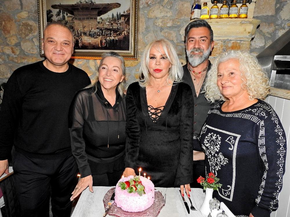 Sanatçı Semiha Yankı yaş gününü Çeşme'de kutladı