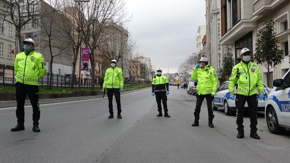 """Taksim'de vatandaştan ilginç savunma: """"Dışarıda maskeyle dolaşmak mahsurlu"""""""