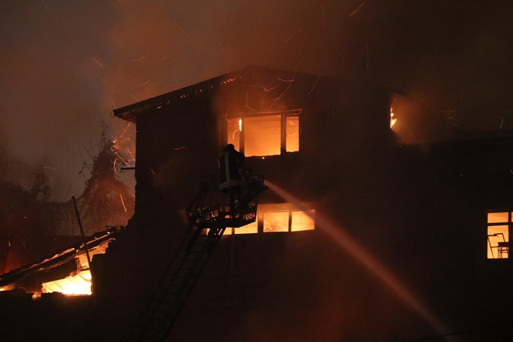 Takviye Ekiplerin Müdahalesiyle Mobilya Atölyesindeki Dev Yangın Söndürüldü
