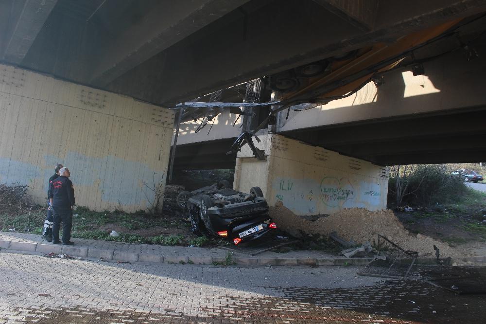 TEM'de 5 aracın karıştığı kazada otomobil viyadükten uçtu: 7 yaralı