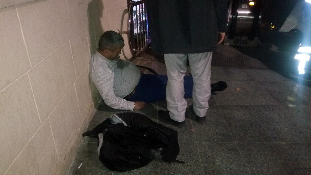 Üst geçitte ceketini yürüyen merdivene kaptırıp düştü