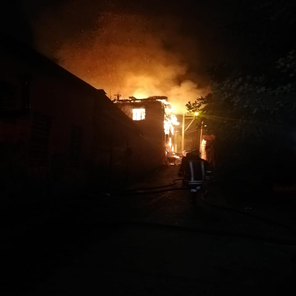 Yangında iki ev kullanılamaz hale geldi