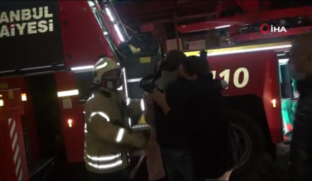 Yangından kurtarılanlar sarılarak birbirlerini teselli etti