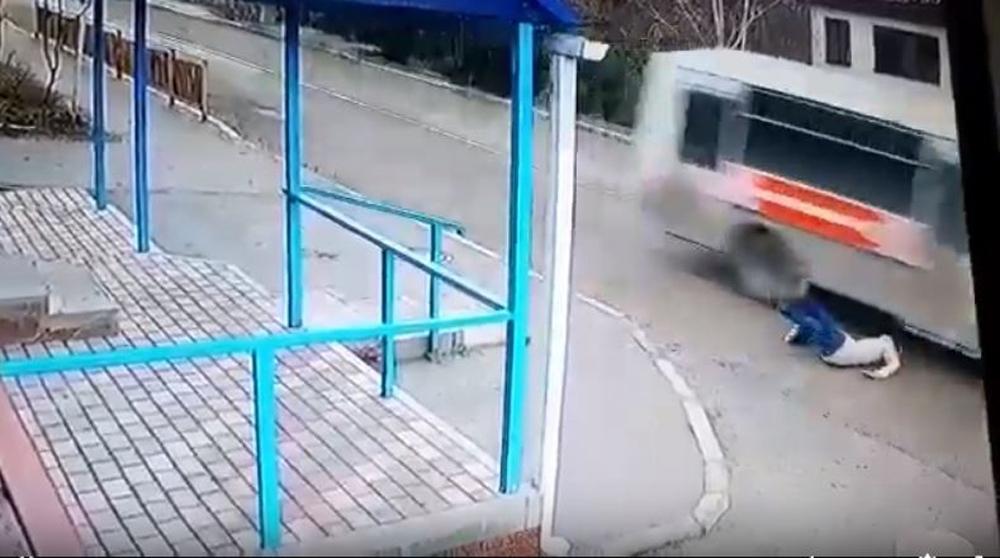 Yola düşen kadın ölümden kıl payı kurtuldu