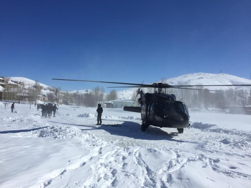Yolların kapandığı Van'da hastalar helikopterle sevk ediliyor